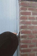 010_Kitten_spleet_tussen_zink_en_muur.jpg